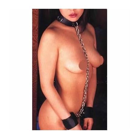 Der Gefangene des Geschlechts: Collier und Handschellen durch Ketten verbunden sind!
